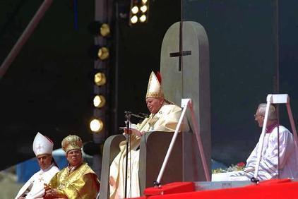Croix inversée au dessus de la tête de l'antipape Jean-Paul II