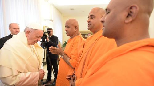 L'antipape François reçoit le « livre sacré » des bouddhistes – l'appelle « précieux, » et dit qu'il estime le bouddhisme