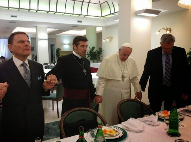 L'antipape François aux côtés d'adeptes de la secte charismatique