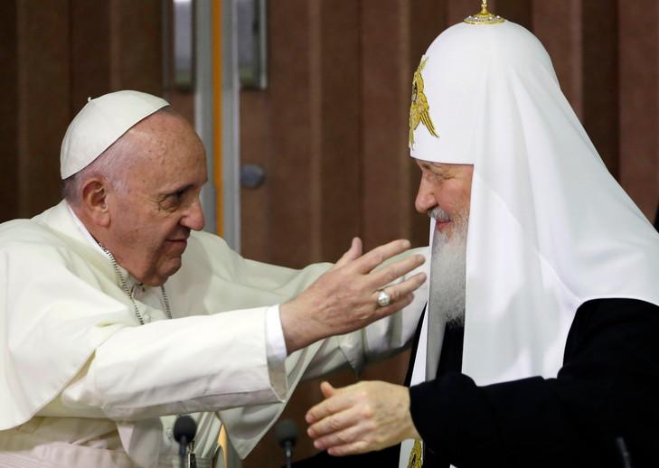L'antipape François en compagnie du patriarche schismatique de l'Église « orthodoxe » russe, Kirill, pour la signature d'une déclaration commune