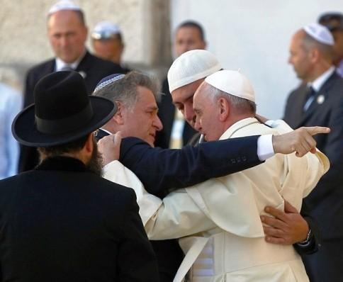 Embrassades entre l'antipape François, le rabbin Abraham Skorka et le musulman Omar Abboud