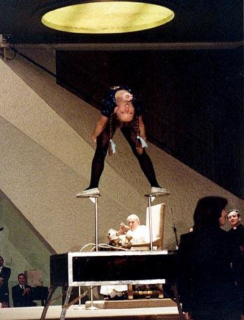 Une ado en justaucorps, dans une position inappropriée, s'exécutant devant Jean-Paul II applaudissant — un seul exemple, parmi une myriade de cas à scandales, des immoralités et mauvais fruits dont la secte Vatican II a porté partout l'exemple