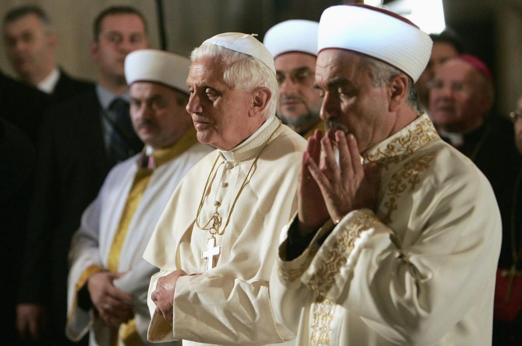 Benoît XVI priant comme les musulmans en direction de La Mecque, dans une mosquée, faisant le geste musulman appelé « le geste de la tranquilité, » le 30 nov. 2006