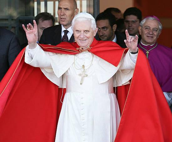 Une autre photo de Benoît XVI faisant le signe satanique