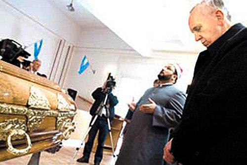 François en prière devant le corps décédé du directeur musulman du Centre islamique, en Argentine