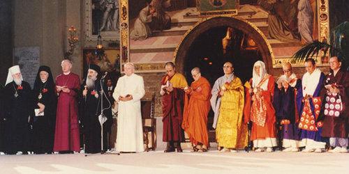 Anti Pape Jean-Paul II à Assise en 1986 en compagnie de divers chefs de fausses religions pour un rassemblement de prière syncrétiste