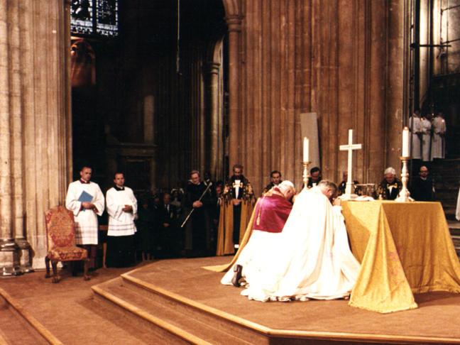 Une autre photo de Jean-Paul II en prière commune avec l' « archevêque » schismatique et hérétique de Cantorbéry