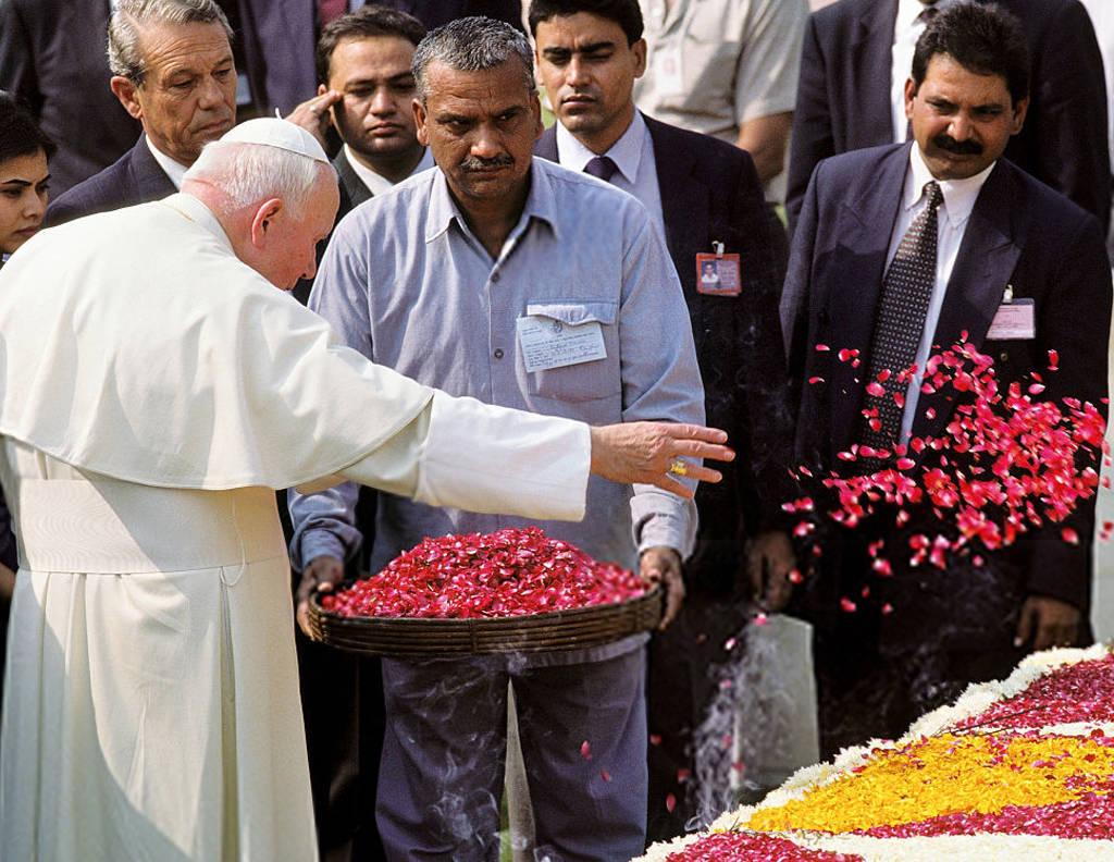 Jean-Paul II qui lance lui-même des fleurs sur la tombe de Gandhi (New Dehli, Inde, 1999)