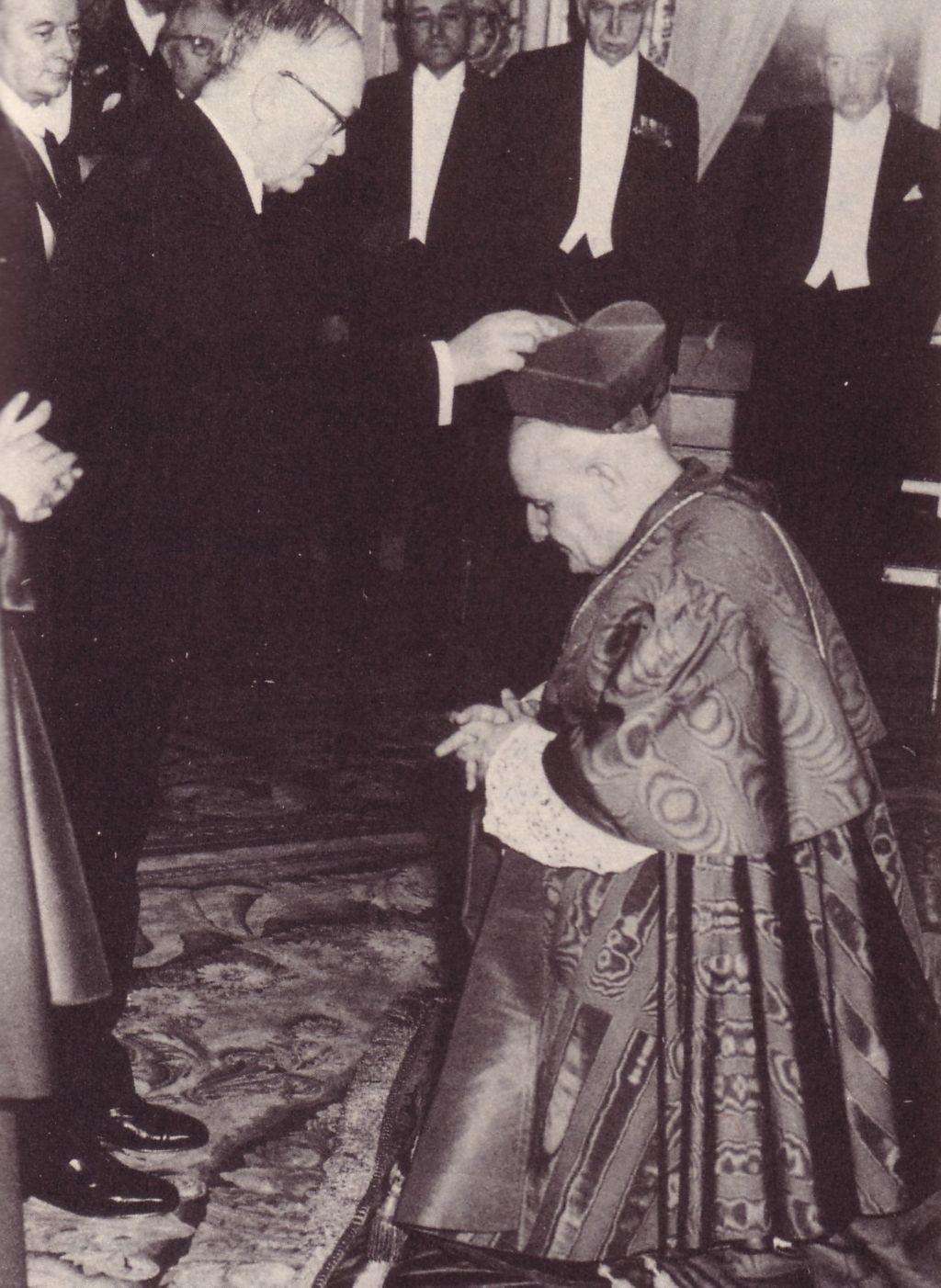 Jean XXIII, en tant que cardinal, choisissant de recevoir sa barrette de cardinal de la part de <strong>l'anti-catholique notoire</strong> Vincent Auriol.