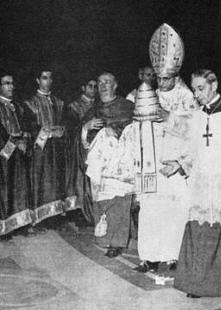 Paul VI se séparant de la Tiare papale