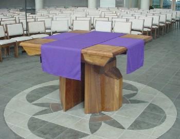 Une église Vatican II avec une table d'apparence protestante, pour sa nouvelle « Messe » protestante