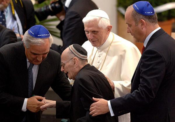 Une autre photos de Benoît XVI dans la synagogue