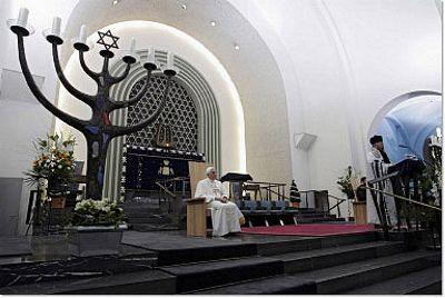 Une autre photos de Benoît XVI dans la synagogue, le 19 août 2005