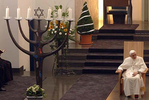 Benoît XVI dans une synagogue, prenant part activement au culte juif, le 19 août 2005