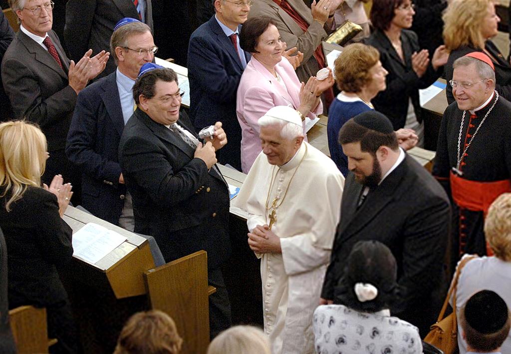 Benoît XVI applaudi dans la synagogue