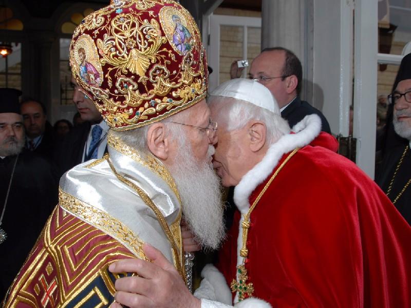 Une autre photo de Benoît XVI embrassant le chef des schismatiques « orthodoxes » orientaux du monde, Bartholomée I<sup>er</sup>, lors de sa visite en Turquie en nov. 2006