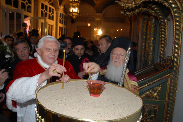 Une autre photo de Benoît XVI au côté du chef des schismatiques « orthodoxes » orientaux du monde, Bartholomée I<sup>er</sup>