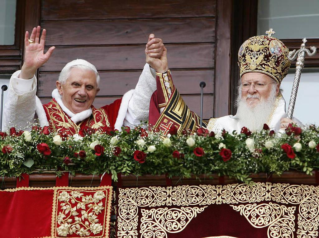 Benoît XVI embrassant le chef des schismatiques « orthodoxes » orientaux du monde, Bartholomée I<sup>er</sup>, lors de sa visite en Turquie en nov. 2006