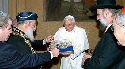15 sept. 2005: Benoît XVI en train d'échanger des cadeaux avec des rabbins à Castelgandolfo