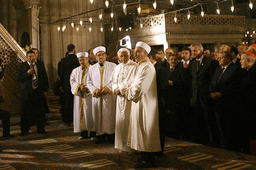 Benoît XVI, se tenant au côté du mufti dans la Mosquée Bleue, le 30 novembre 2006