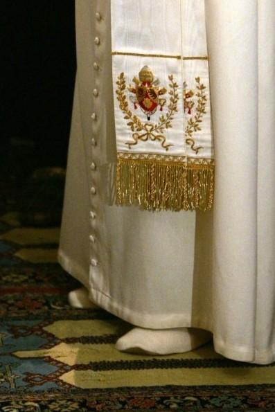 Benoît XVI pieds nus dans la Mosquée
