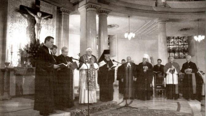 25 mai 2006: Benoît XVI en prière commune lors d'une rencontre œcuménique dans un temple luthérien à Varsovie — ne soyez pas trompés par le crucifix; beaucoup d'églises luthériennes utilisent des crucifix.
