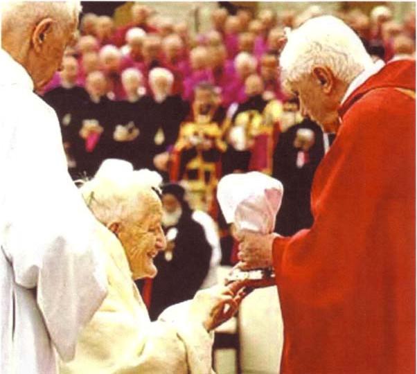Benoît XVI donnant la communion à l'hérétique public, F. Roger Schutz, le fondateur protestant de Taizé.
