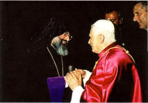 Benoît XVI avec le Patriarche schismatique Mesrob II, qui rejette la papauté, chef de la secte schismatique orthodoxe turco-arménienne