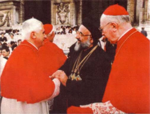 Benoît XVI, « cardinal » en 1984, rencontrant le patriarche schismatique syrien Zakka