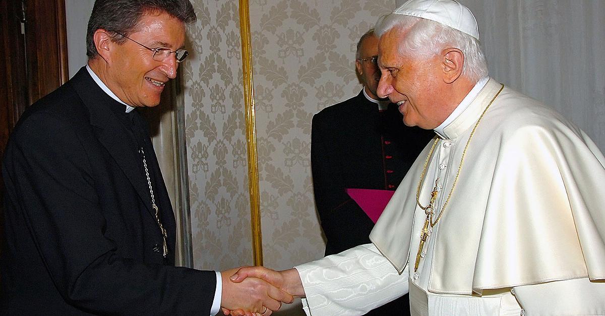 En 2005, Benoît XVI avec l' « évêque » protestant évangéliste Wolfgang Huber.