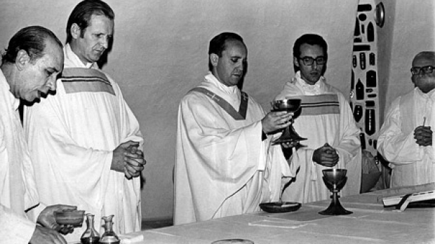 Bergoglio célébrant la Nouvelle Messe (invalide) en 1976