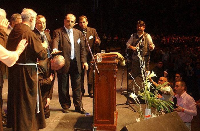 François recevant une « bénédiction » de la part du protestant Marcos Witt