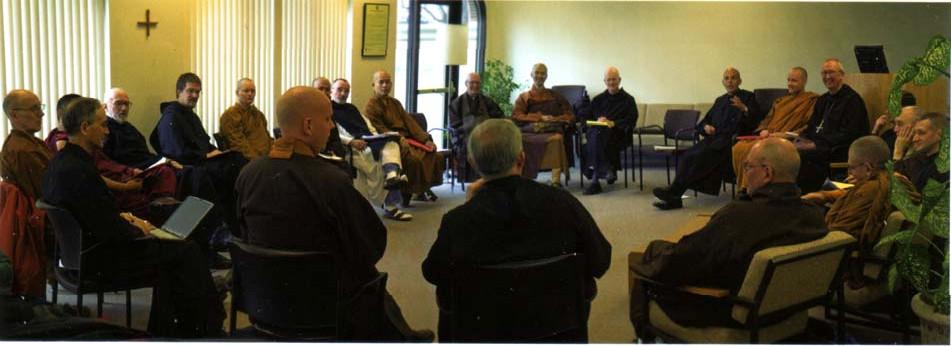 « Bénédictins » Novus Ordo assistant à des cérémonies de prières bouddhistes lors de la conférence Monks in the West