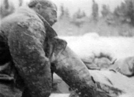 Un homme gelé à mort dans un camp de travail du Goulag