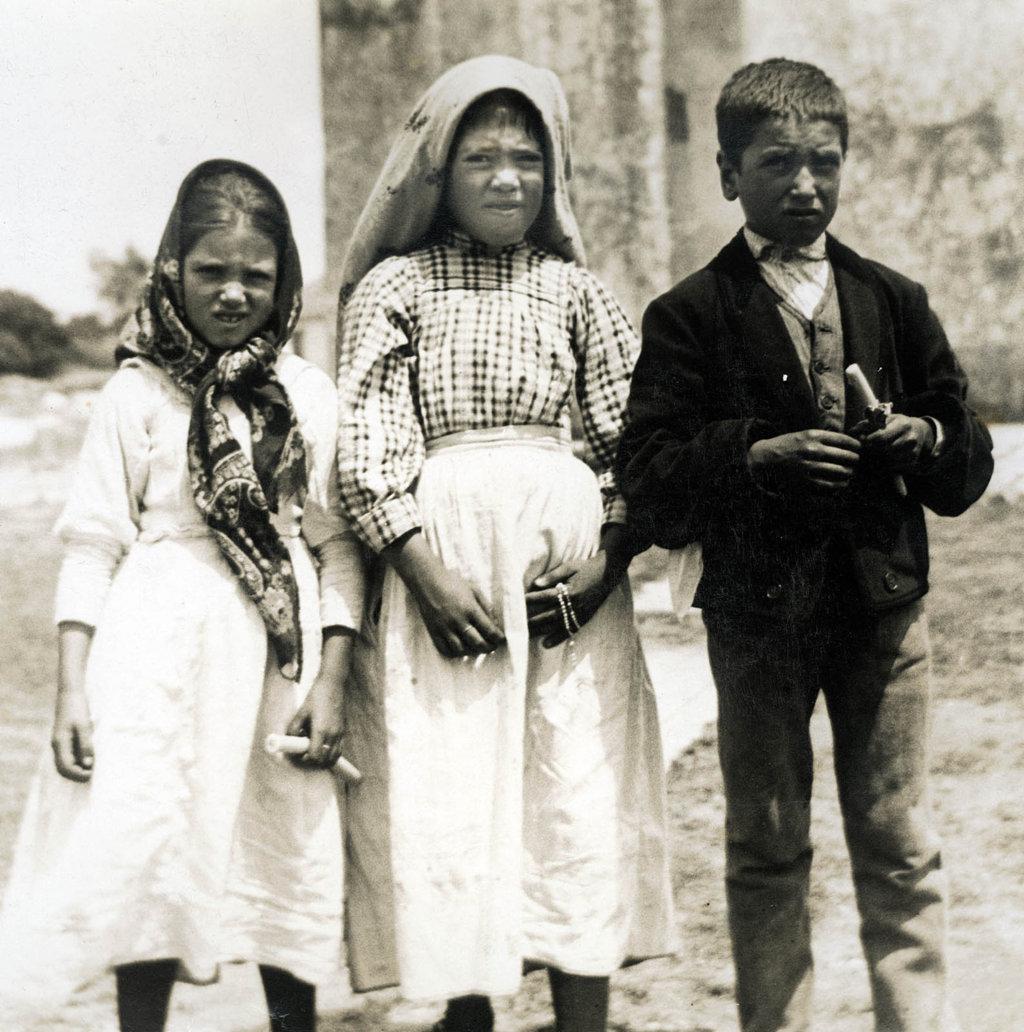 Les enfants de Fatima peu après la vision de l'Enfer... On peut voir sur leur visage terrifié la vérité de leur paroles : ils seraient morts d'épouvante lors de la vision de l'Enfer si le Paradis ne leur avait été promis.