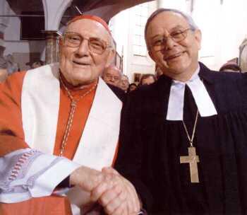 « Cardinal » Edward Cassidy et l' « évêque » luthérien Christian Krause se serraint la main