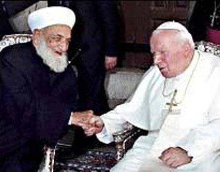 Jean-Paul II serant la main de l'infidèle grand mufti, le cheikh Ahmad Kaftaro