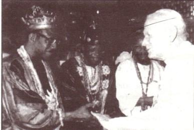 Jean-Paul II et des animistes africains (des sorciers);  nous y reviendrons plus tard