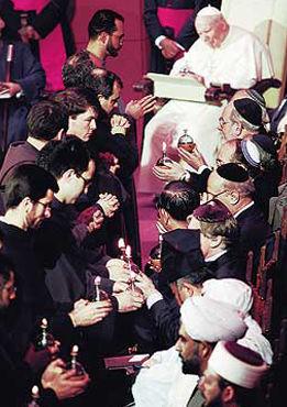 Des lampes à huile furent présentées aux chefs de fausses religions venus à Assise pour la « Journée Mondiale de Prière pour la Paix, » organisée par Jean-Paul II le 24 janvier 2002. Elles furent, par la suite, placées sur une table par les participants en signe de « solidarité et espoir pour la paix »