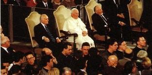 Jean-Paul II s'était assis à côté de rabbin juif lors du concert de l'Holocauste (cérémonie de prière juive) au Vatican.
