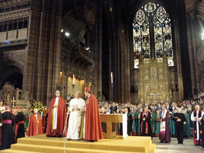 Jean-Paul II dans la cathédrale de Canterbury en 1982