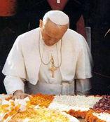 Jean-Paul II priant à genoux sur la tombe de Gandhi (New Dehli, Inde, 1986)