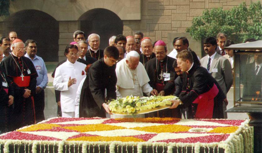 Une autre photo de Jean-Paul II à la tombe de Gandhi
