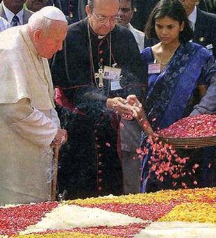 Jean-Paul II à la tombe de Gandhi (New Dehli, Inde, 1999)