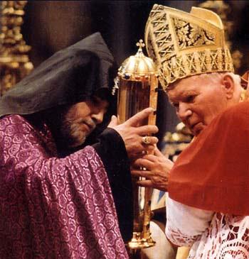 Jean-Paul II offrant une relique de saint Grégoire l'Illuminateur au schismatique Karékin