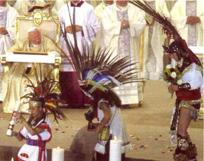 Une autre photo de la « Messe » de Jean-Paul II incorporant les coutumes de la culture démoniaque aztèque