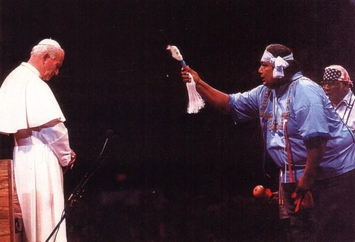 Jean-Paul II se faisant « bénir » par un shaman indien durant un rituel païen en 1987