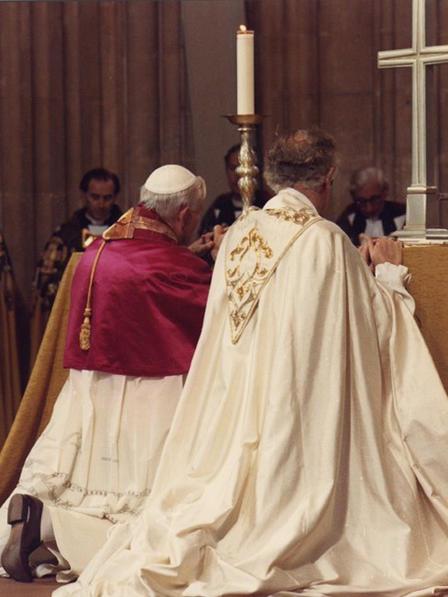 Jean-Paul II en prière commune avec l' « archevêque » schismatique et hérétique de Cantorbéry (un anglican), un simple laïc posant comme évêque, en 1982, dans la cathédrale anglicane.