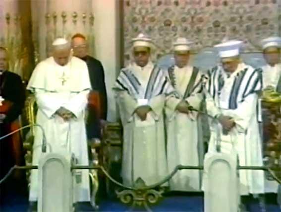 Jean-Paul II inclinant la tête alors que les juifs priaient pour la venu de leur « Messie »