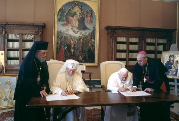 Jean-Paul II et Teoctist (le patriarche schismatique de Roumanie) dénonçant conjointement la conversion mutuelle, dans une déclaration commune en 2002